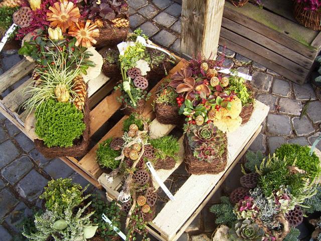 diverse Kreuze. dauerhaft bepflanzt und gesteckt